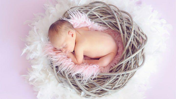 Baby in einem Korb | NEUGEBORENEN FOTOGRAFIE