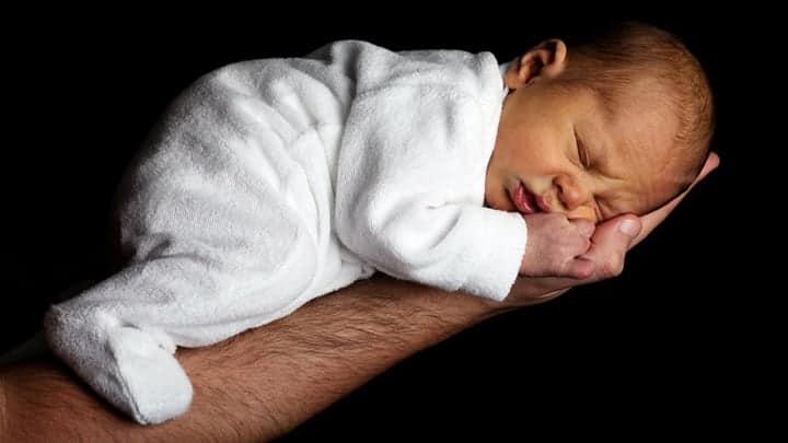 Avuç içinde uyuyan bebek | Baby schläft in der Hand | bébé qui dort dans la main | baby sleeping in hand|